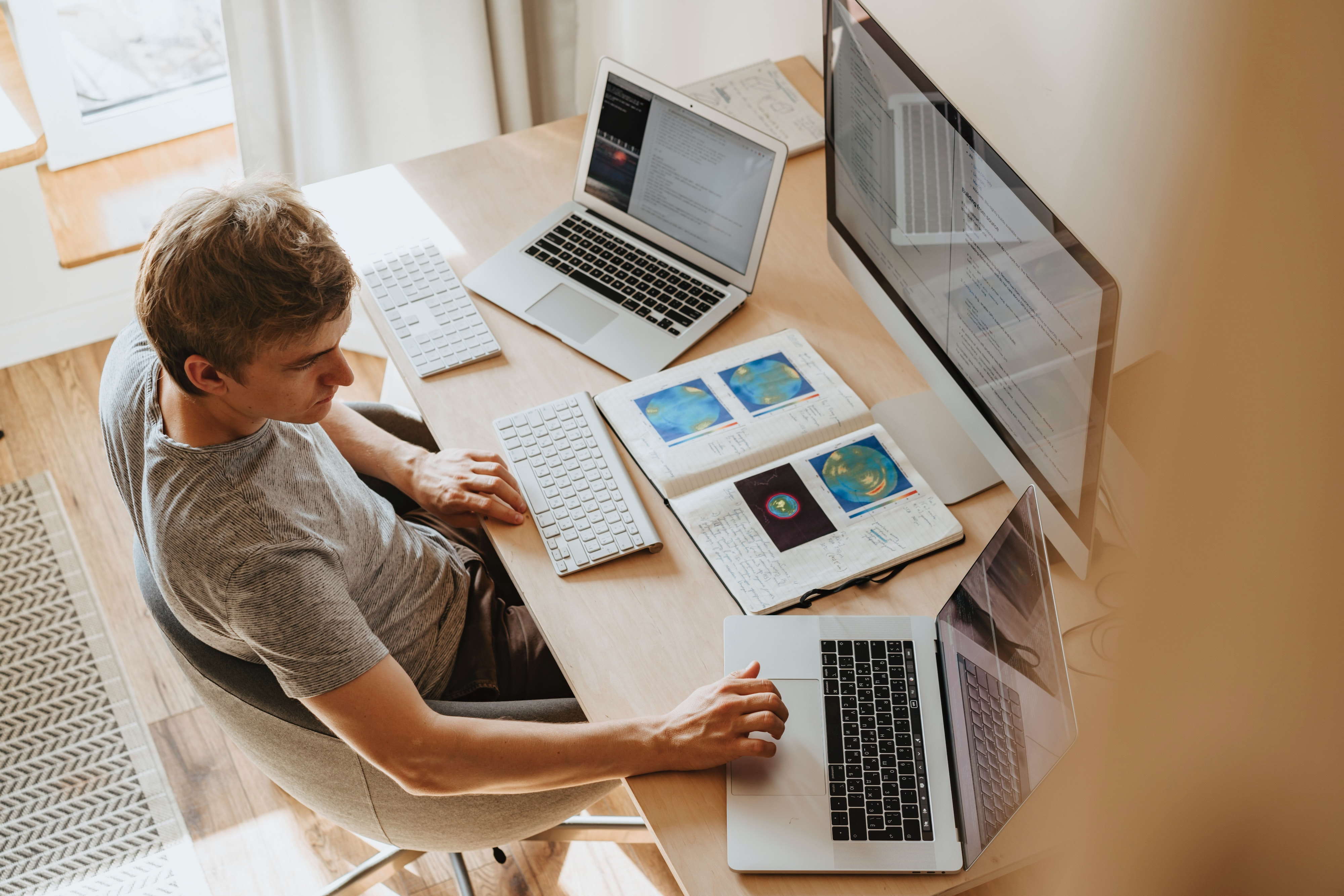 Pracovní stůl, za kterým vám půjde práce od ruky